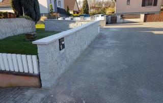 Mauer aus Granit, Stoß- und Lagerfugen, gesägt, Vorder- und Rückseite gespalten