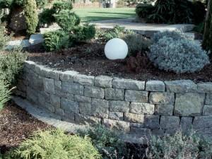 Mauer als Einfassung für Blumenbeet