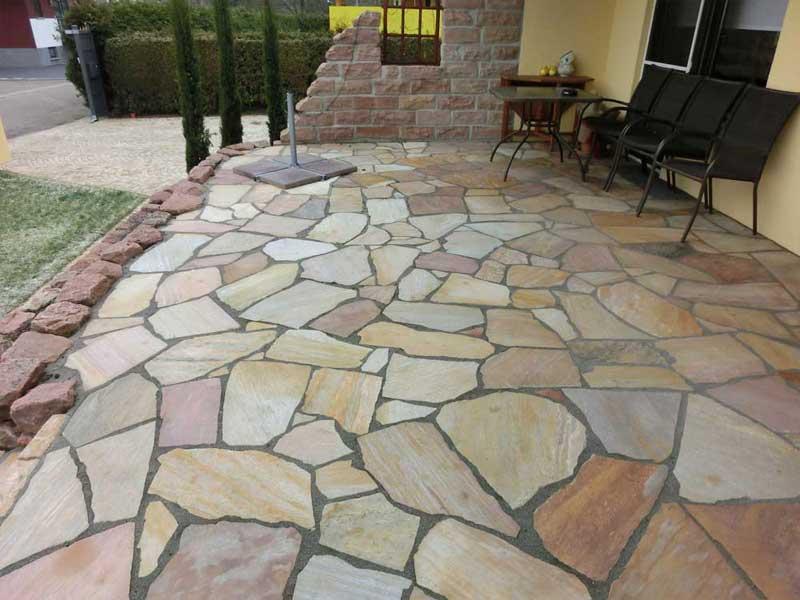 Polygonalplatten als Weg