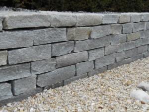 Gneis-Mauersteine bei Stolz