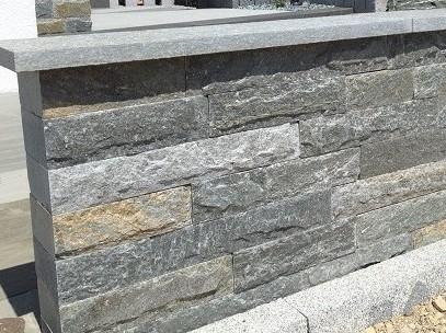 Mauersteine und Abdeckplatte